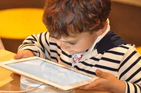 Kinderen kunnen uren zoet zijn met een tablet