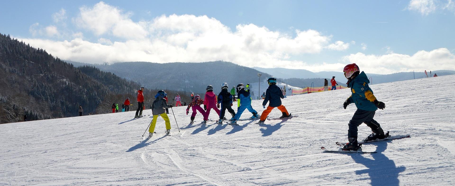 De kinderen kunnen oefenen tijdens de skilessen