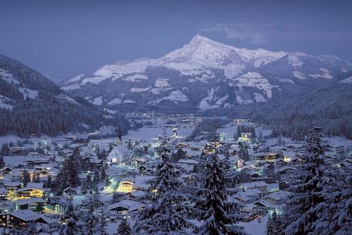 Het skidorp Kirchberg in Oostenrijk