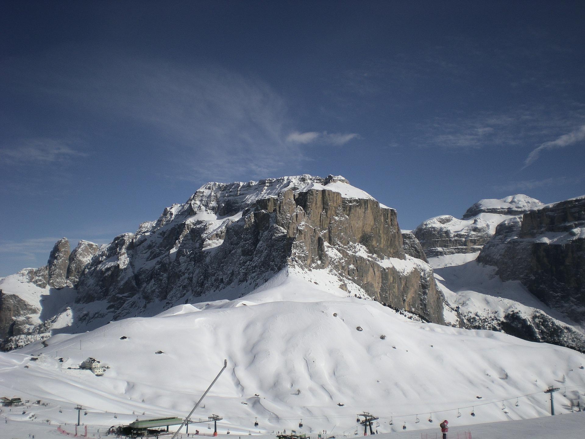 Indrukwekkend bergmassief bij Canazei in het skigebied Dolomiti Superski