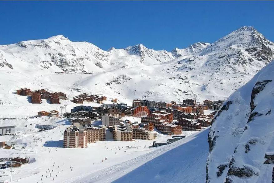 Zicht op het skidorp